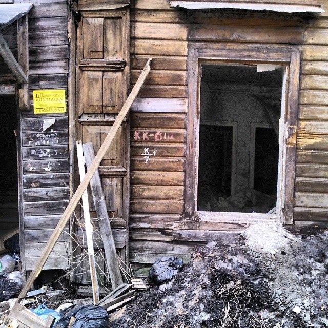 An abandoned wooden hut in Nizhny Novgorod's downtown